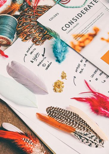 Éléments de design de Kor Landa, création de bijoux en plumes.